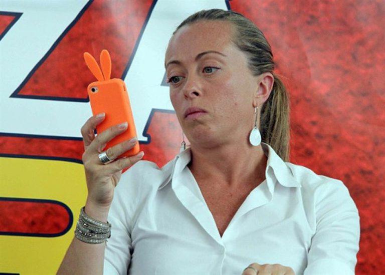 Giorgia Meloni, leader di FdI dichiara guerra alle poltrone altrui. Lei però si tiene stretto lo scranno in Parlamento, il posto al Consiglio comunale di Roma e la sedia a Bruxelles
