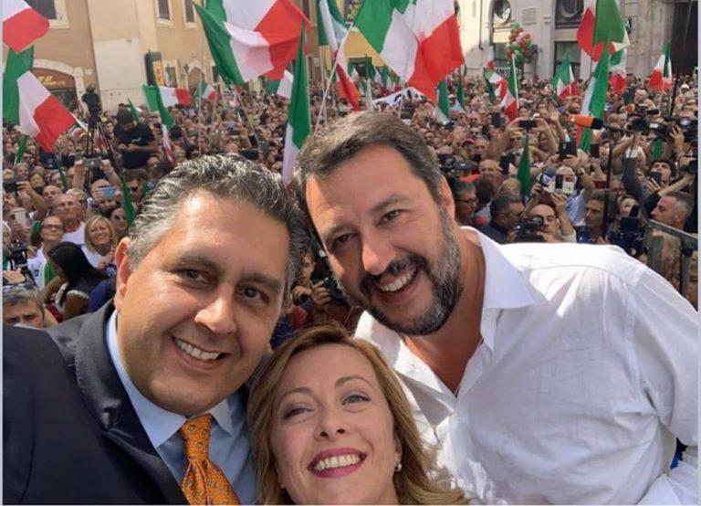 Contestato Conte nel corso del discorso alla Camera. L'opposizione davanti Montecitorio con saluti romani e richiesta di elezioni libere