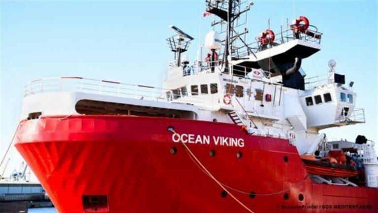 """Finita l'odissea della Ocean Viking, l'Italia decide per Lampedusa. Salvini attacca: """"Eccoli porti aperti senza limiti"""""""