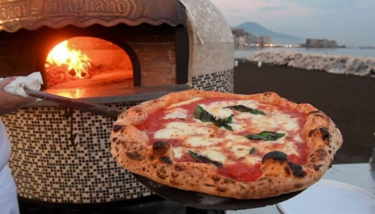 Torna 'Napoli Pizza Village' ed è subito bagno di folla. Omaggio al grande Totò