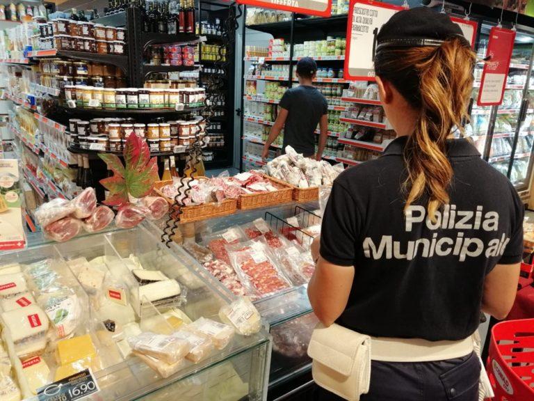 Napoli, stretta della polizia municipale. Nel mirino finiscono supermercati e tassisti