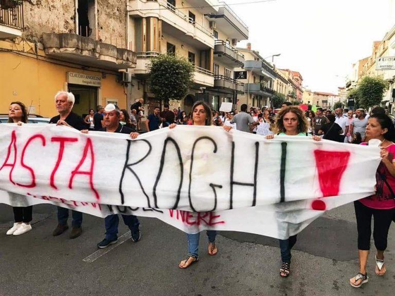 """Contro i roghi insorge Acerra: 4000 persone lanciano l'allarme: """"Qui si continua a morire"""""""