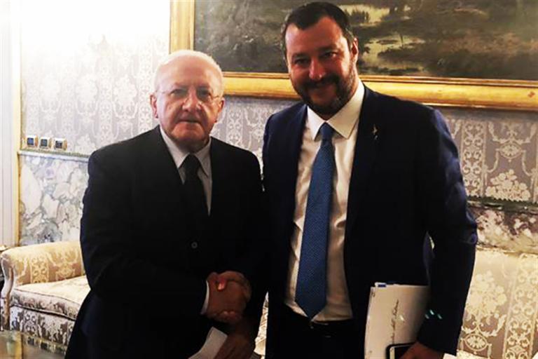 """Salvini dà l'ok per la candidatura di Caldoro ma prenota l'assessorato ai rifiuti per un leghista. """"De Luca è anche simpatico ma ha sgovernato"""""""