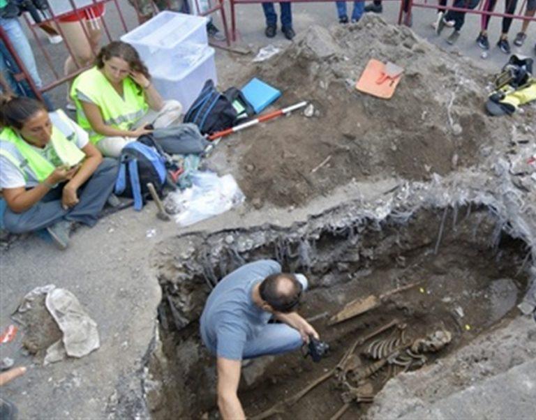 Intervengono per riparare una buca e trovano uno scheletro di 1.600 anni fa