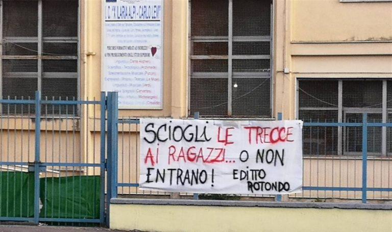 Protesta davanti alla scuola di Scampia che vieta treccine e jeans strappati. Oggi la firma del regolamento
