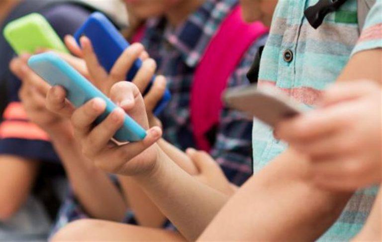 Cresce l'esigenza di vietare l'uso dello smartphone fino all'età di 15 anni