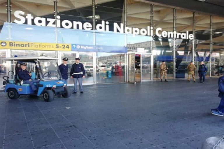 Scena pulp accoltellato davanti alla Stazione centrale di Napoli
