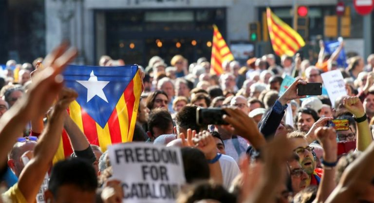 Condannati gli indipendentisti, scatta la protesta: occupato l'aeroporto di Barcellona. Caos tra i passeggeri, la data utile è solo tra 10 giorni
