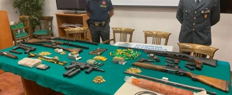 Rinvenuto l'arsenale della 'ndrangheta: esplosivo, mitragliatrici, cartucce e sulla droga il simbolo della massoneria
