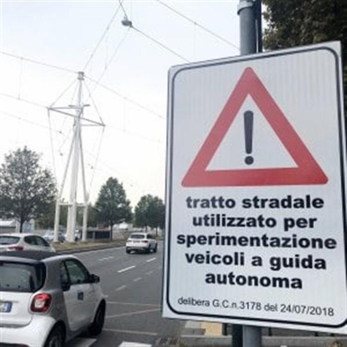 """Torino, futuro prossimo. Ecco i nuovi cartelli stradali: """"Pericolo generico, auto a guida autonoma"""""""