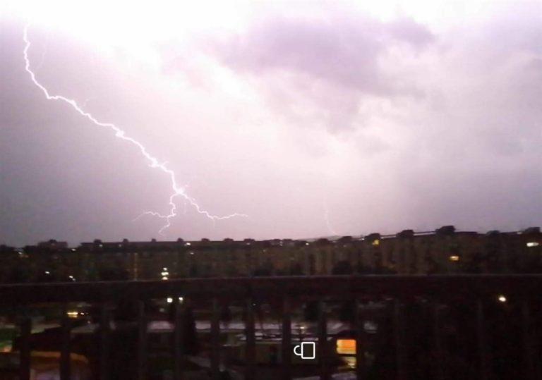 Nuova pioggia su Napoli. Fulmini e allagamenti in tutti i quartieri. Ora si attende l'uragano Lorenzo che non è Insigne