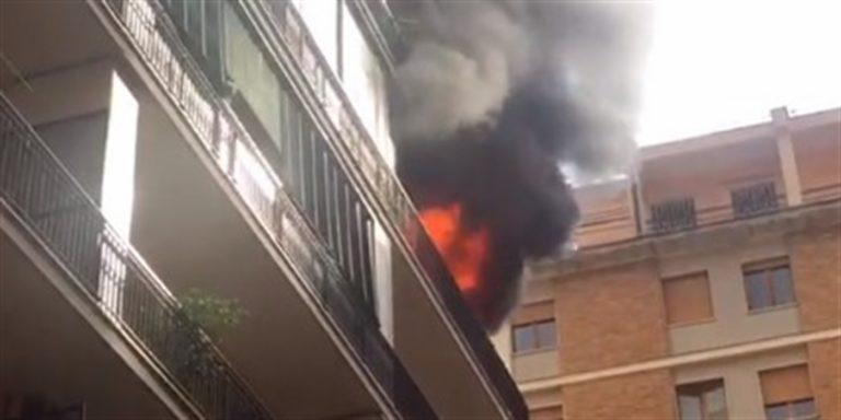 Paura a Fuorigrotta, incendio distrugge abitazione. Polizia tra le fiamme salva due bambini