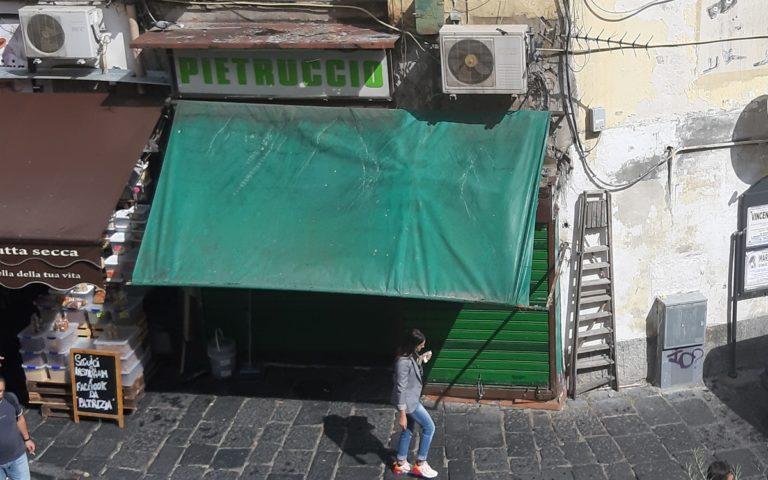 Messo in vendita il negozio 'Pietruccio' alla Pignasecca dopo il tentativo di rapina che portò alla morte dello storico commerciante