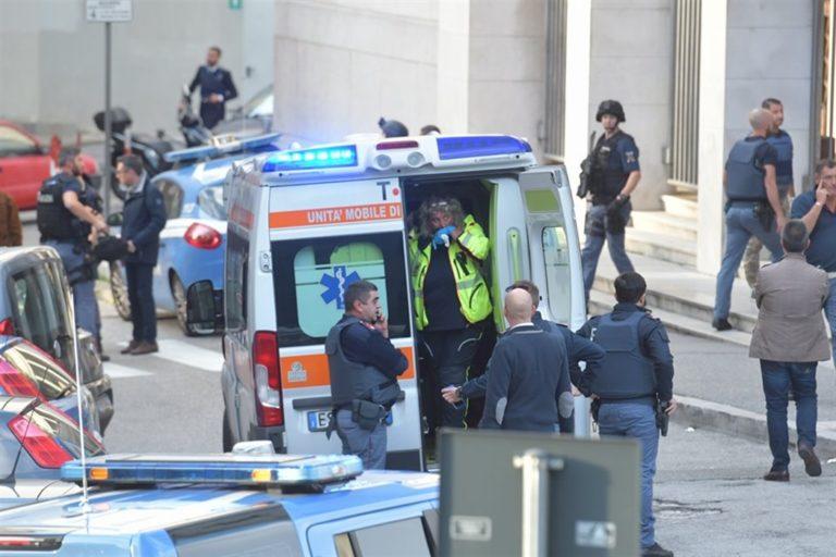 Ammazzano due poliziotti e tentano la fuga dalla Questura. Un agente era di Napoli, l'altro di Velletri poco più che 30enni. In manette i killer : sono due domenicani con permesso di soggiorno