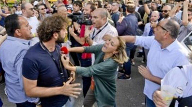 """Attivisti M5S aggrediscono Filippo Roma, inviato de 'Le Iene' nel corso della festa Italia 5 Stelle: """"La Digos mi ha salvato dal linciaggio"""""""