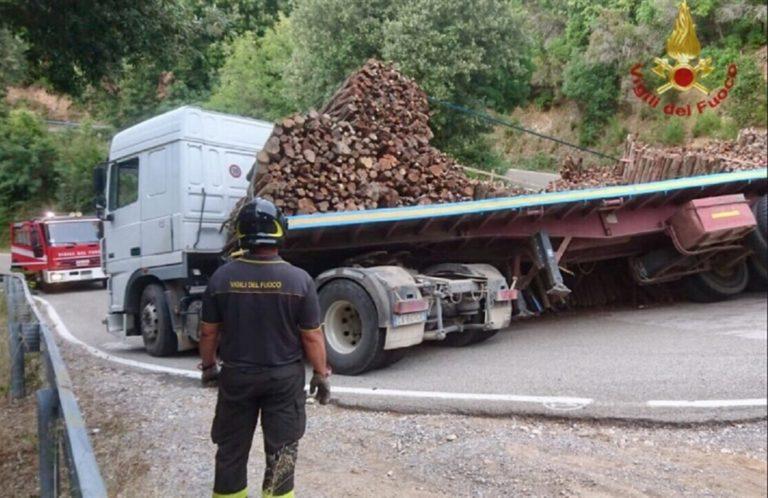 Tir trasporta legna, perde carico e travolge auto: morto giovane, grave la madre