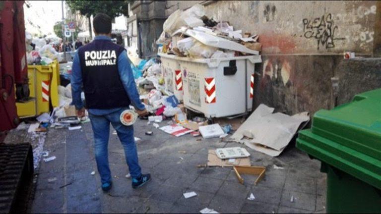 Scattano i controlli: trovato deposito abusivo di rifiuti