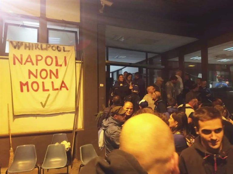 """I lavoratori delle Whirlpool invadono Roma: """"Basta con le chiacchiere"""""""