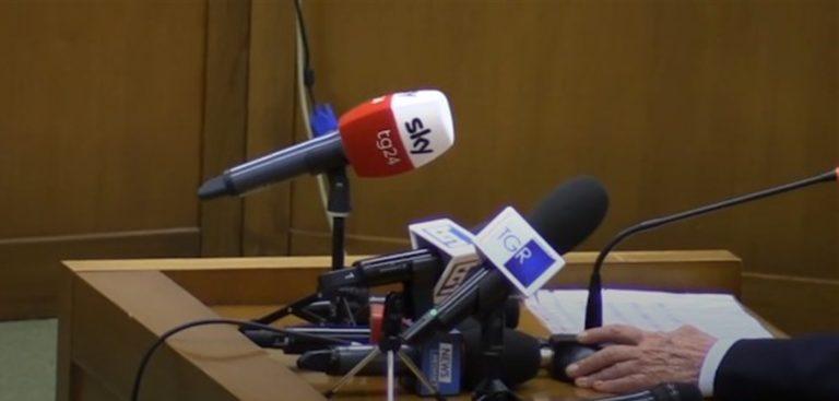 """Scena muta di Silvio Berlusconi al processo sulla trattativa Stato-Mafia. """"Su indicazione dei miei avvocati, mi avvalgono della facoltà di non rispondere. Grazie, grazie a tutti"""""""