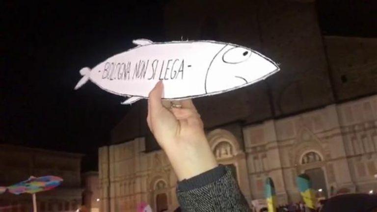 """Diecimila 'sardine' in piazza: """"Bologna non si Lega"""". Salvini contrariato per il flop del PalaDozza con la Borgonzoni"""