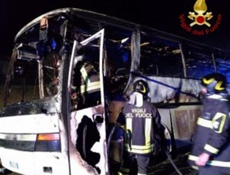 Fiamme distruggono bus di pellegrini di ritorno da San Giovanni Rotondo
