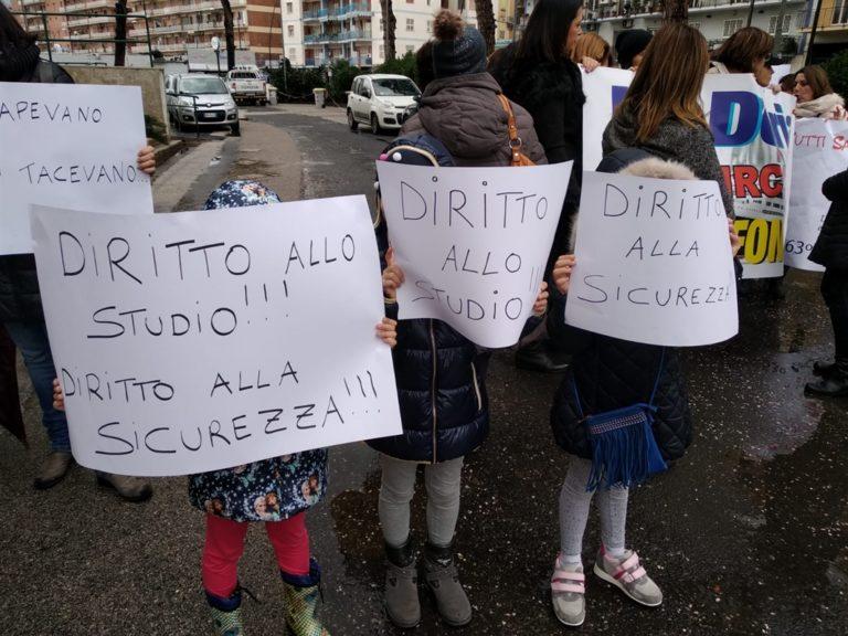 """Scuola 'Andrea Doria', sit in di protesta di genitori, insegnanti e alunni. """"Subito diritto alla sicurezza"""""""
