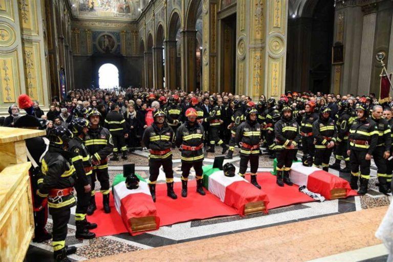 L'addio tra lacrime, rabbia e gratitudine a Marco, Matteo e Antonino. L'abbraccio dei vigili del fuoco di tutta Italia