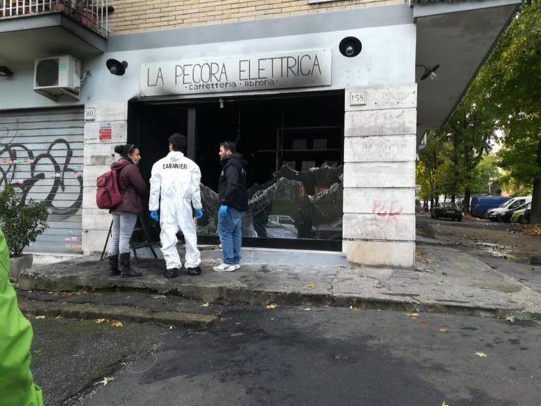 Attentato fascista a Roma, data alle fiamme la libreria 'La pecora elettrica', doveva riaprire domani dopo un altro incendio doloso appiccato lo scorso 25 aprile