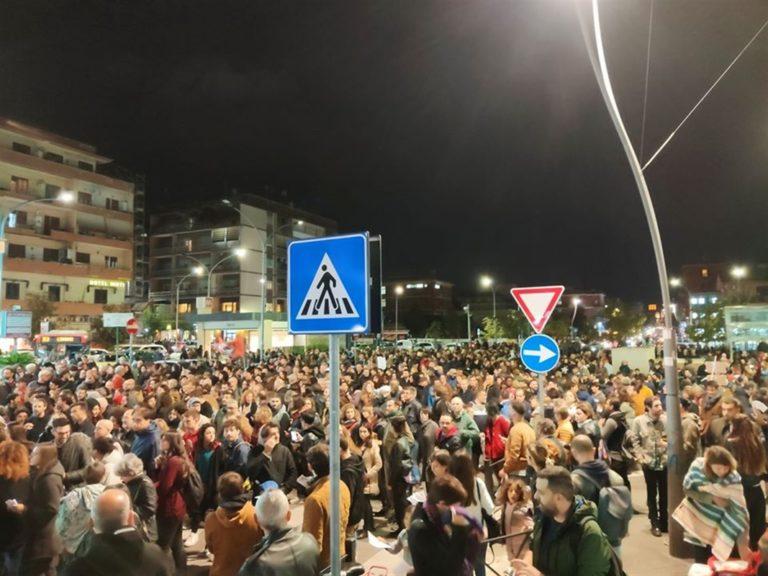 Attentato alla libreria 'Pecora elettrica', Roma si ribella e scende in piazza