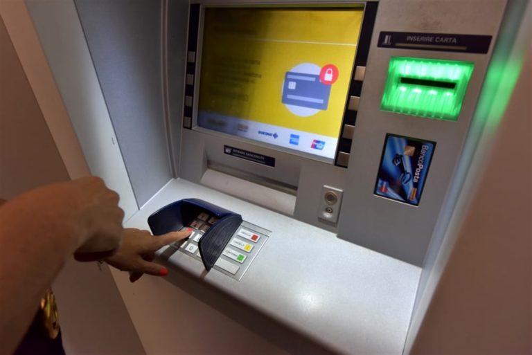 Il bancomat sputa soldi, lui le raccoglie e chiama la polizia