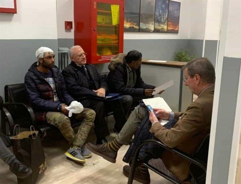 Sacchetti contro il governatore De Luca, dieci attivisti finiscono nei guai