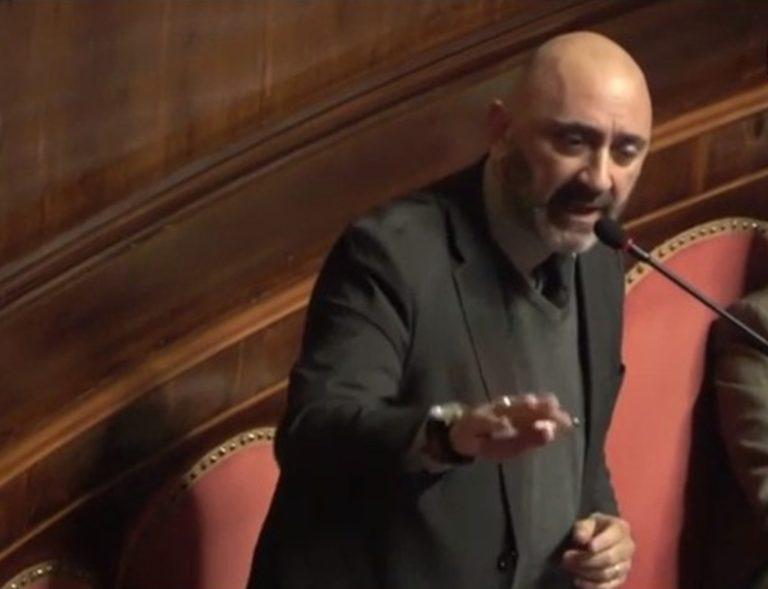 Al Senato volano stracci, lo strappo di tre senatori del M5S: pronti a passare con Salvini che applaude