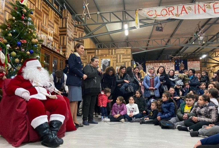 Babbo Natale con la polizia fa 'irruzione' alla fondazione 'Figli in Famiglia' per portare i doni e regalare sorrisi