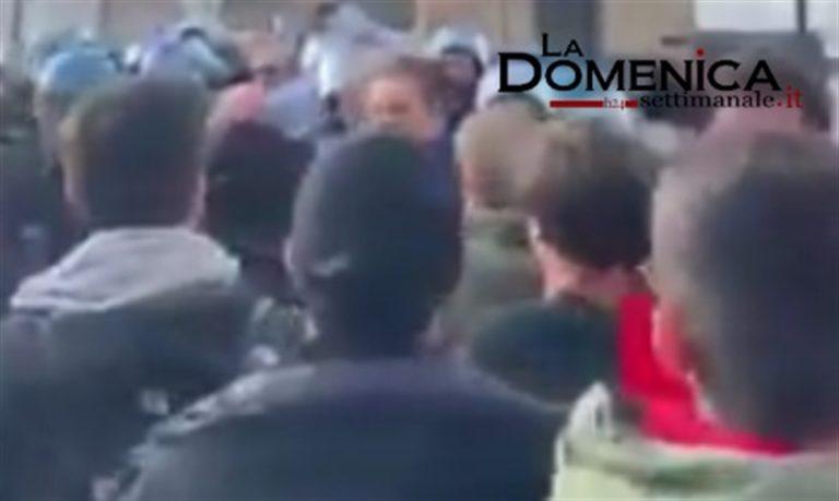 Tafferugli davanti  a Castel dell'Ovo: Attivisti di Fridays For Future contestano forum di Cop 21