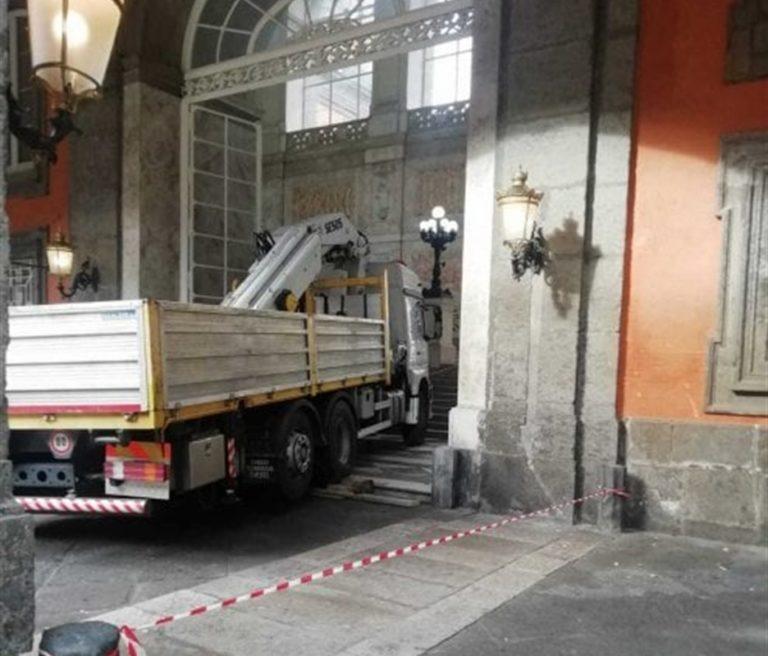 Palazzo Reale, il primo monumento parcheggio. Sosta a sbafo, scooter di traverso e camion che violano i marmi storici