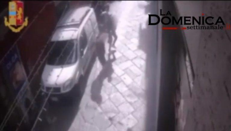 VIDEO. Scippa una 79enne rubandole 20 euro e un vecchio cellulare. Ora è ai domiciliari: Dovrebbe guardarsi allo specchio e sputarsi in faccia