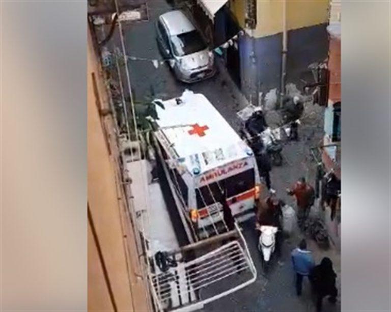 VIDEO. L'Ambulanza non riesce a transitare nei vicoli dei Quartieri Spagnoli