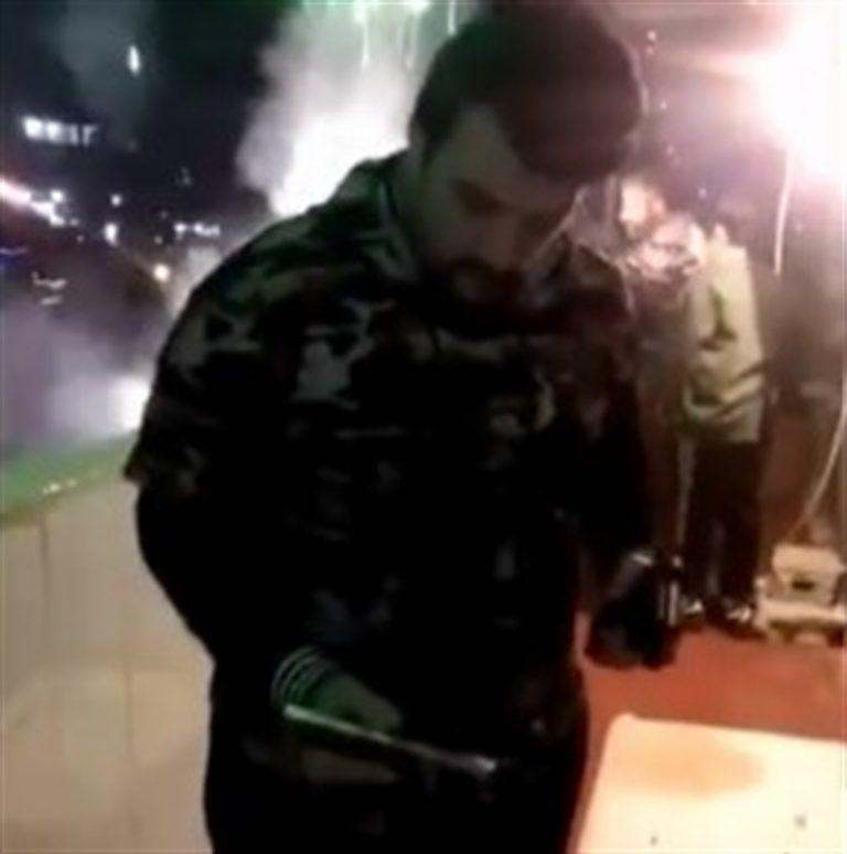 VIDEO SHOCK. Festeggia Capodanno sparando dal balcone di una casa di Scampia con due revolver