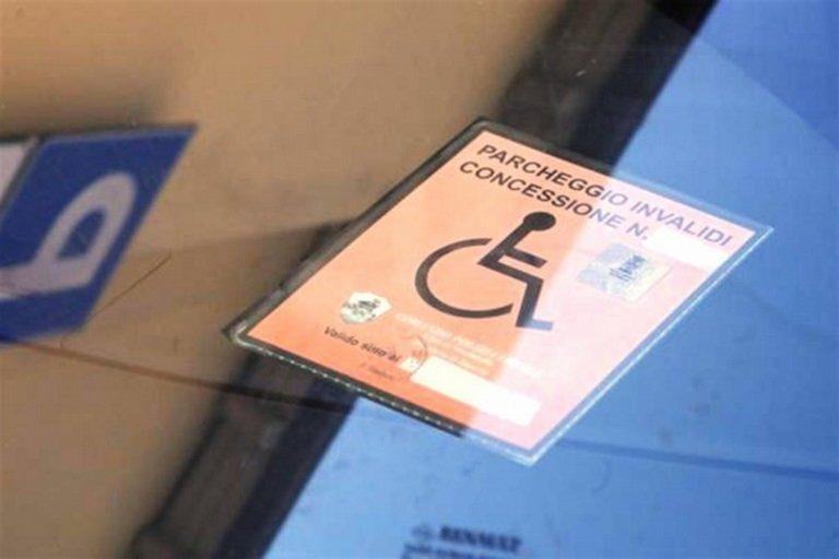 Disabile 'punita' per aver denunciato automobilista perchè sostava su posto non autorizzato: individuato e denunciato