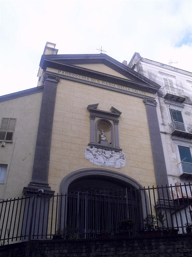 """Preghiere dal tetto della chiesa di Santa Maria della Salute. Don Fedele: """"Così porto la parola di Gesù nelle case della gente"""""""
