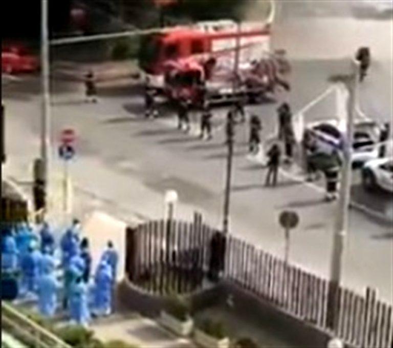 Pompieri rendono omaggio a medici e infermieri degli ospedali Cotugno e Cardarelli