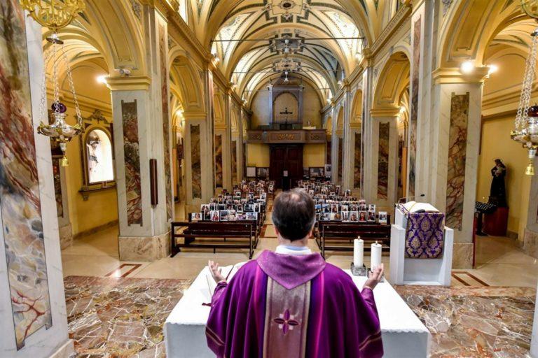 Ritratti e selfie dei fedeli: così celebra la messa celebrata un parroco