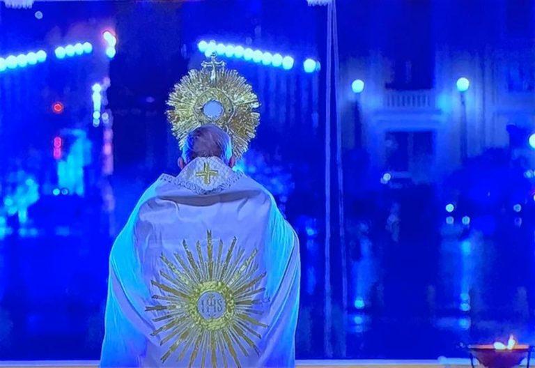 """Papa Francesco prega nella piazza San Pietro deserta: """"Fitte tenebre si sono addensate, scenda la benedizione di Dio"""""""