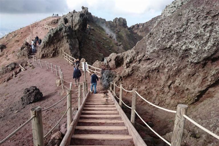 Vesuvio, le guide vulcanologiche si schierano contro App dell'ente Parco
