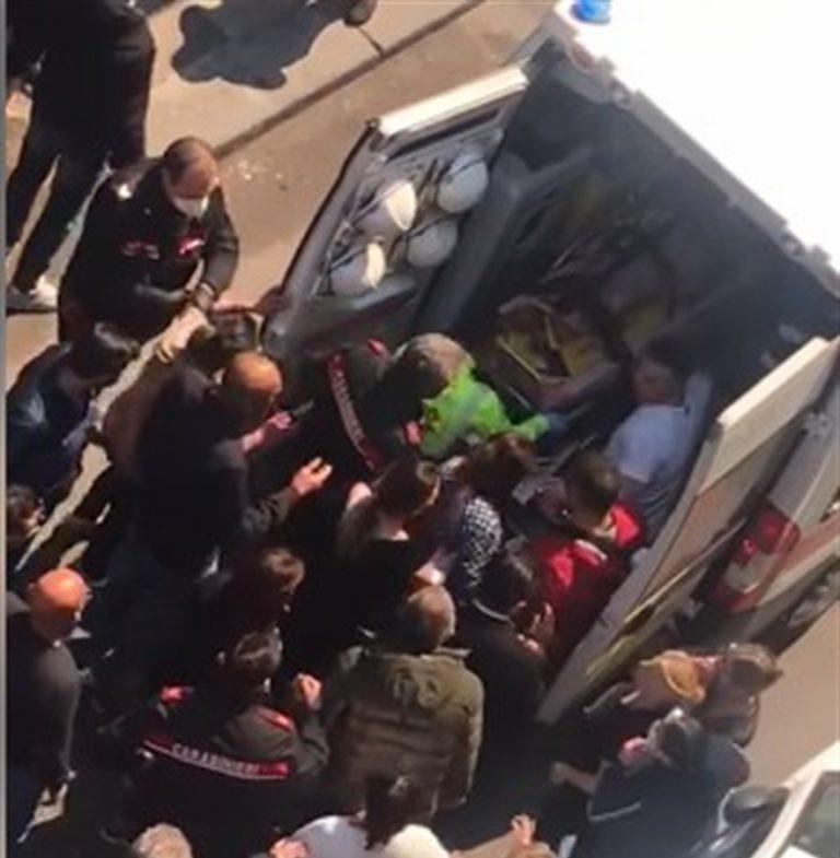 VIDEO. Cade dal balcone, ambulanza fatica a transitare colpa della folla. Non erano vietati gli assembramenti?