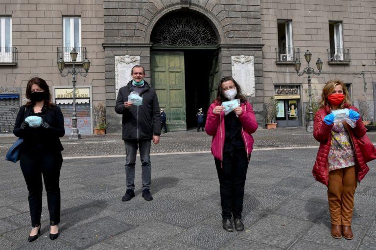 Scampia e la solidarietà: Donate 200 mascherine trasparenti per i non udenti