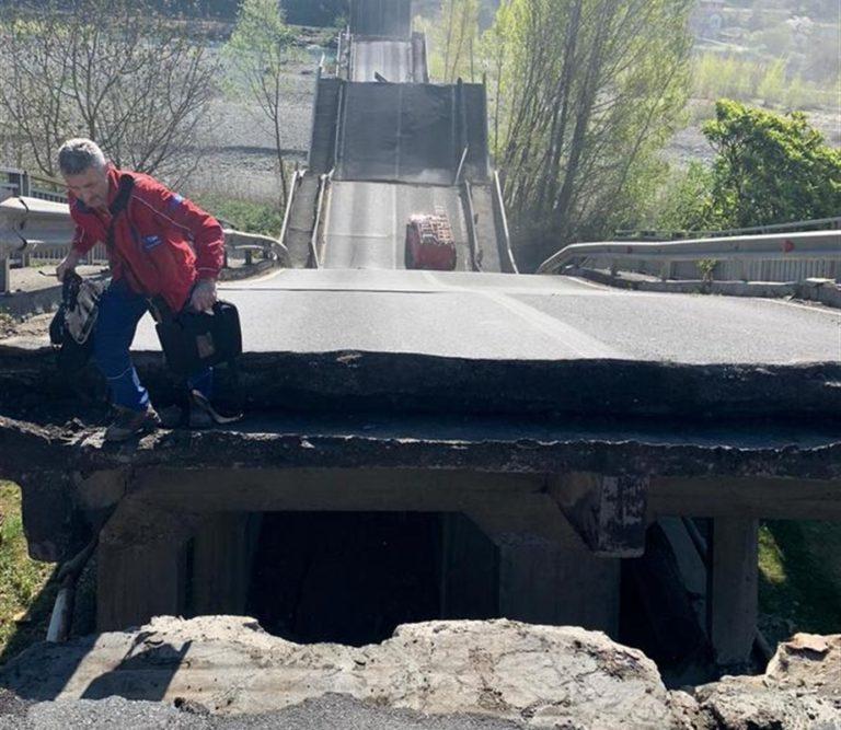 Crolla un ponte, due furgoni inghiottiti nel fiume