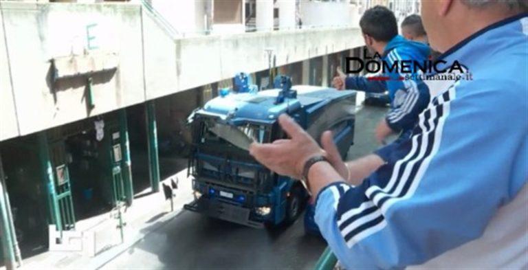VIDEO. Per il Tg1 delle 20 gli abitanti della periferia Est di Napoli  'normalmente' gettano oggetti dai balconi contro la polizia. Ai tempi del Covid solo applausi alle divise per la sanificazione delle strade