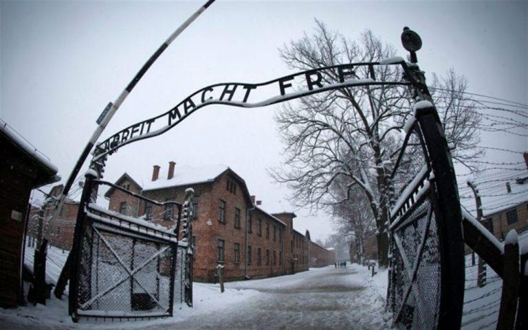 Bufera sul Comune di Napoli: Slogan per la festa del Primo maggio 'usando' la scritta all'ingresso di Auschwitz