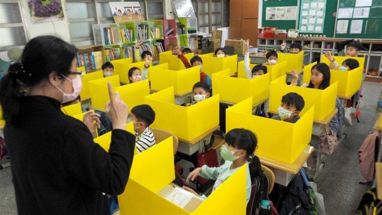Scuola, termoscanner e alunni in piccoli gruppi a orari scaglionati in entrata e uscita